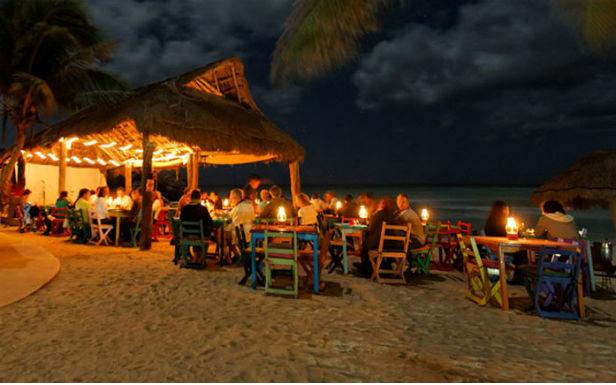 Jantar com os pés na areia, no Zamas Hotel, em Tulum.